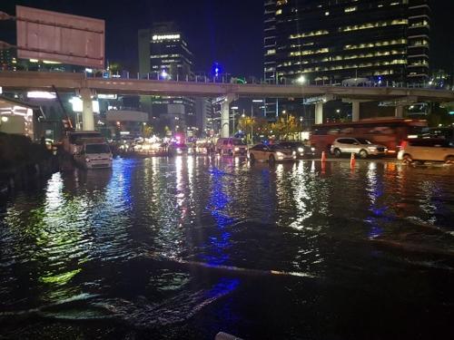 서울역 앞 상수도 누수로